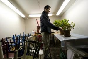 Göran planterar växter